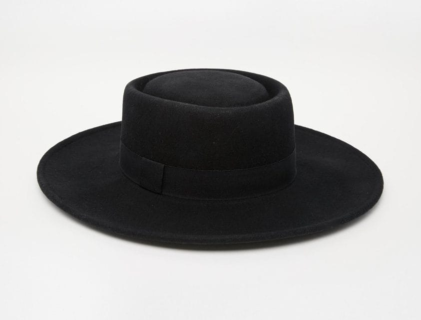 دليلك الكامل لأجمل القبعات وكيفية ارتدائها